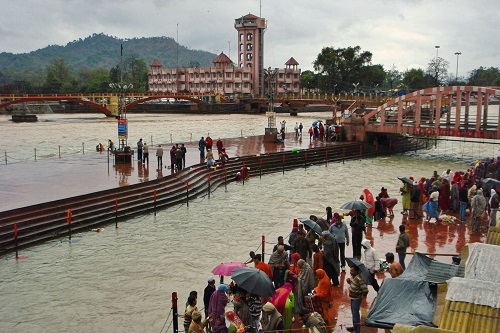 Worshippers lining the banks of Har Ki Pauri ghat in Haridwar, India